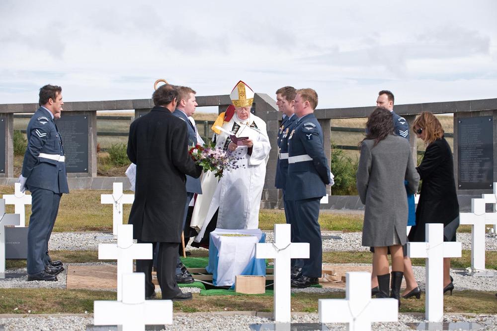 cerimonia-funebre-piloto-argentino-nas-malvinas-foto-mod-via-raf