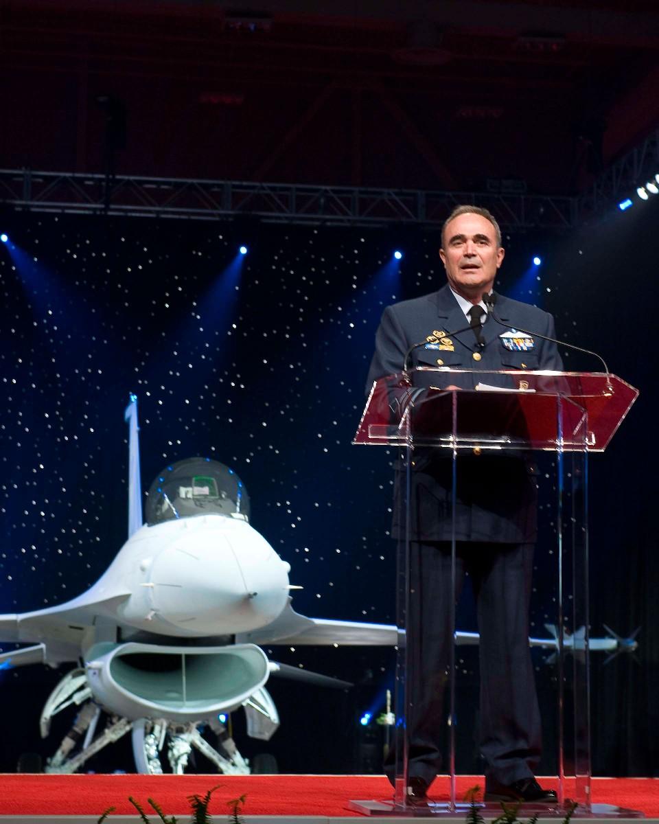 tenente-general-ioannis-giagkos-comandante-da-forca-aerea-grega-recebe-o-primeiro-f-16-block-52-do-peace-xenia-iv