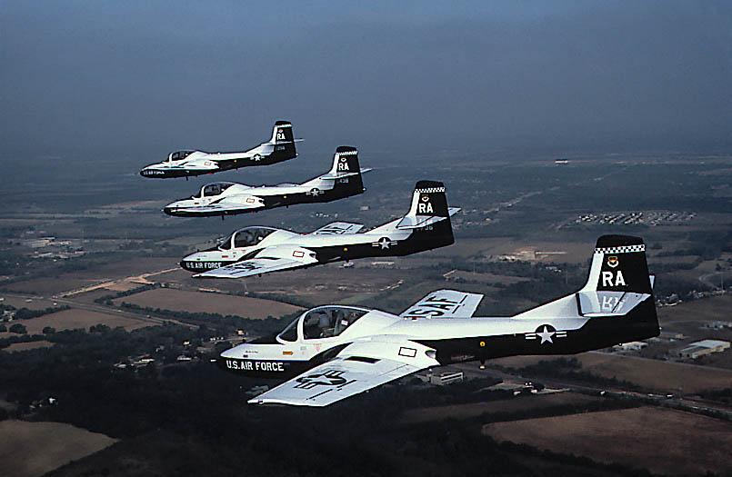 t-37-em-voo-foto-usaf