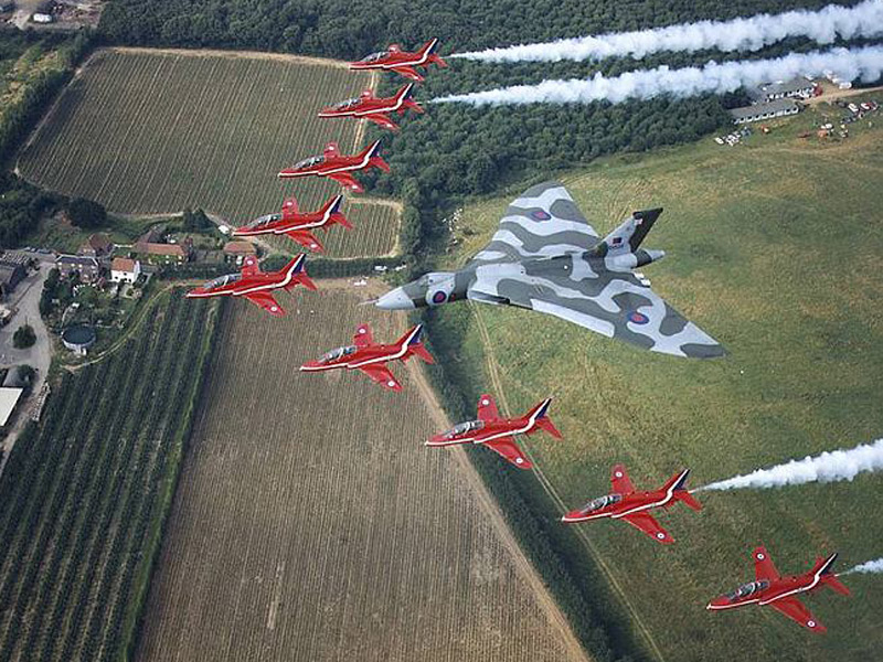 red-arrows-e-vulcan-foto-raf-wo-rick-brewe