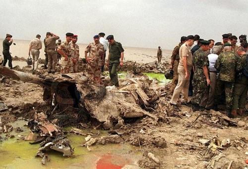 os restos do Atlantique em solo paquistanês. Morreram os 16 tripulantes da aeronave, que provavelmente estava numa missão de ELINT/SIGINT