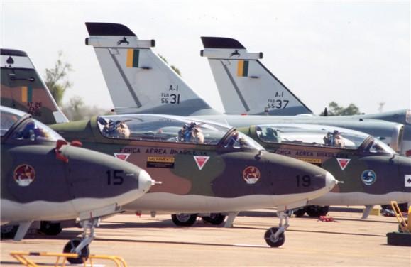 O ano de 1998 foi um período de transição para o 3º/10º GAv. Os Xavantes estavam dando lugar aos A-1 (FOTO: FAB)
