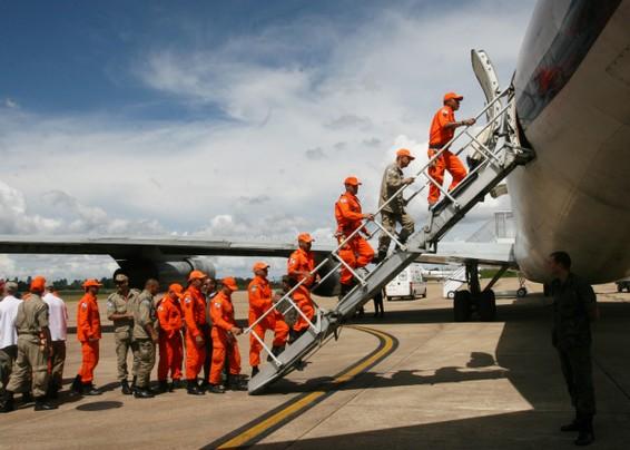 Bombeiros embarcam avião FAB - foto Agencia Brasil - Rodrigues Pozzebom