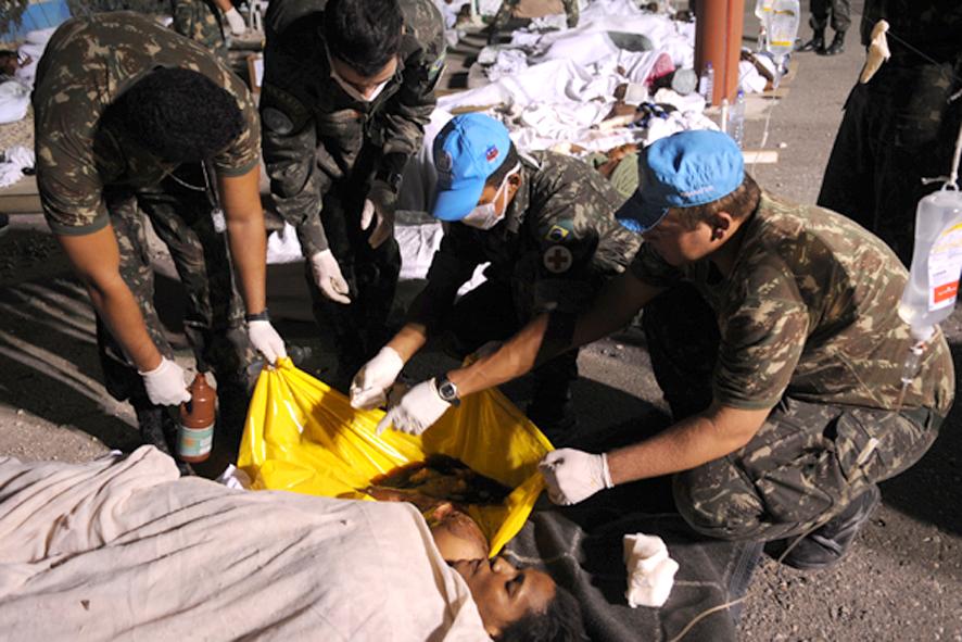 Haitianos atendidos na base da missão de paz brasileira  - foto Agencia Brasil -  Roosewelt Pinheiro