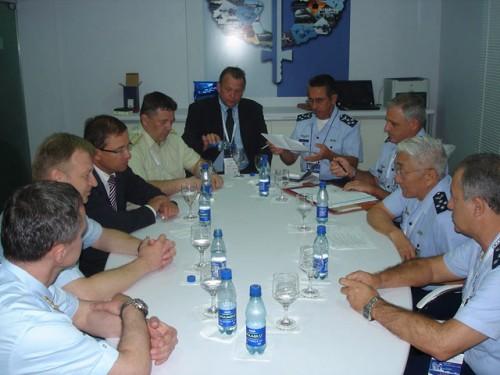 Brig Saito com  o pessoal da Saab e da Força Aérea Tcheca na LAAD 09