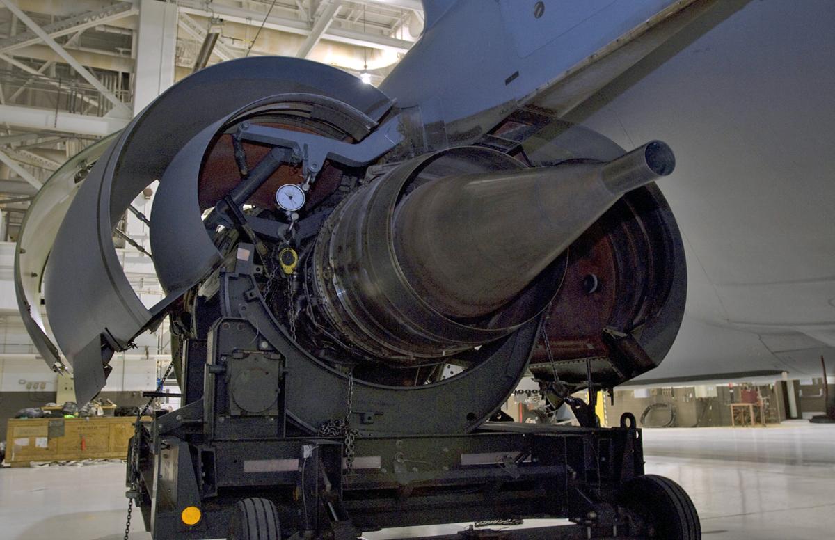 Motor F-108 100 de KC135R retirado após 26 anos - foto USAF