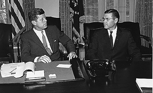 President_Kennedy_and_Secretary_McNamara_1962