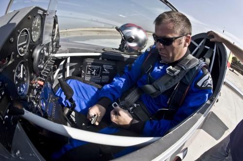 Tricampeão brasileiro de voo acrobático, Adilson possui mais de 11 mil horas de voo no currículo como piloto comercial