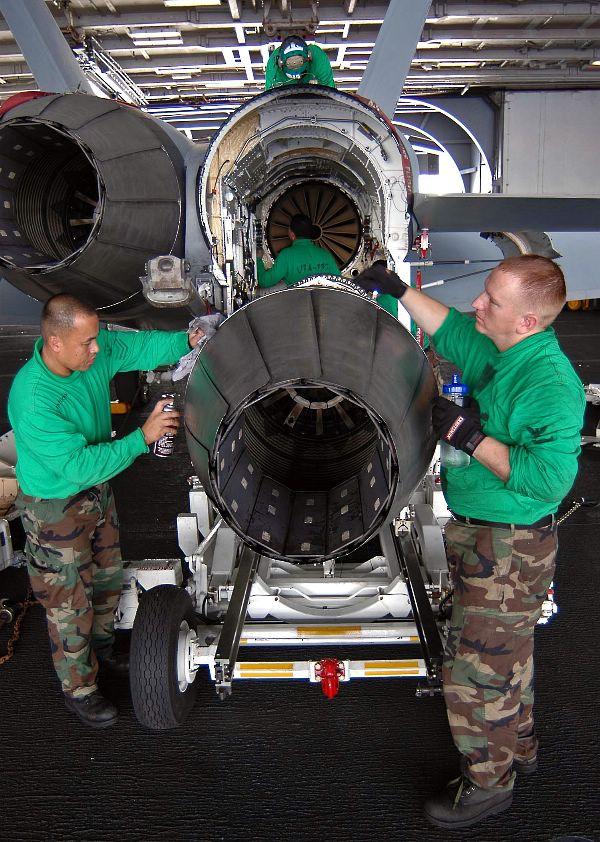 Motor F414 de Super Hornet em manutenção em CVN - foto US Navy