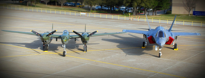 P-38 e F-35 lado a lado - foto USN de 2006