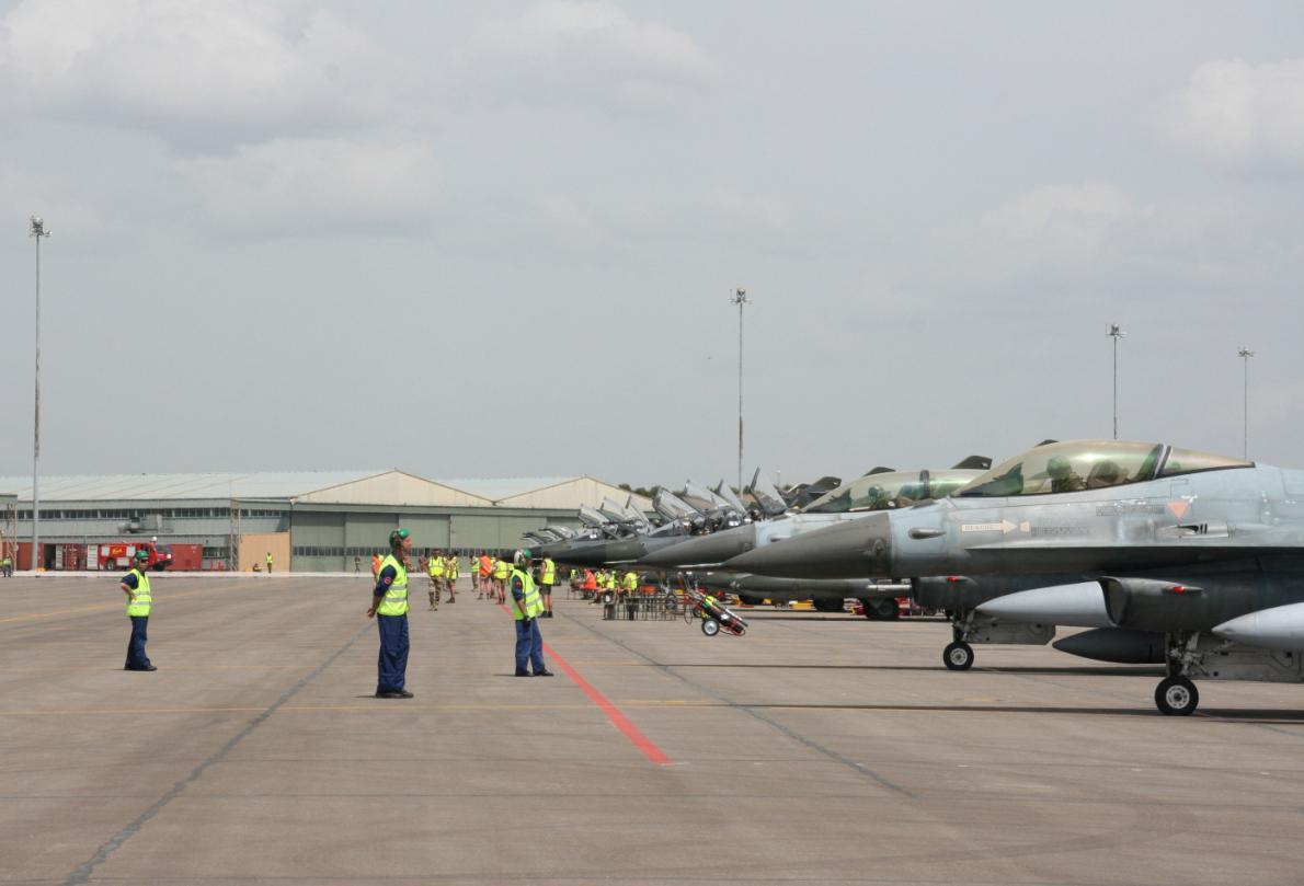 linha de F-16  e outros no TLP - foto Ejercito del Aire