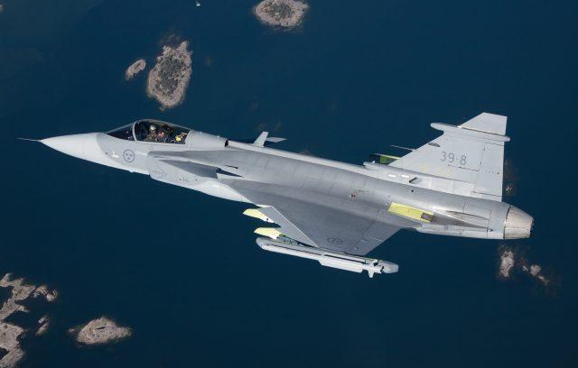 Saab-Gripen-E-voa-com-armamento-pela-pri