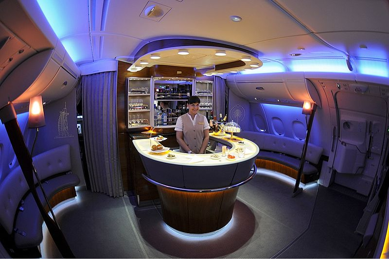800px-Emirates_Airbus_A380-861_onboard_b